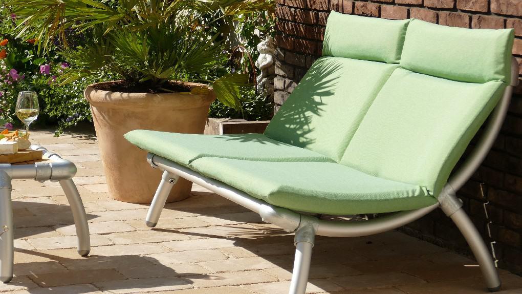 buiten lounge meubel gemaakt van steigerbuizen in de kleur licht groen