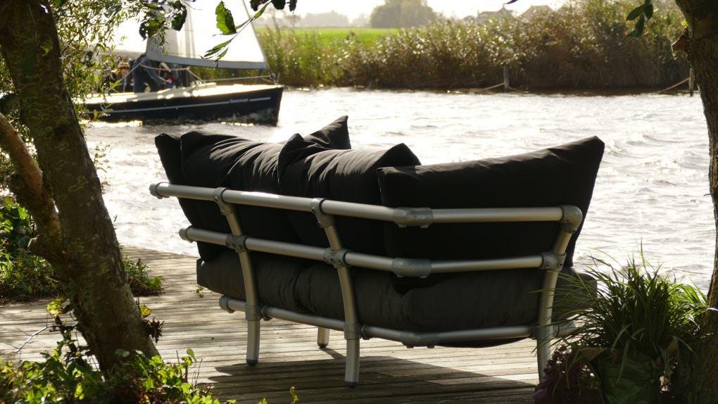 aan het water lounge bank tuin