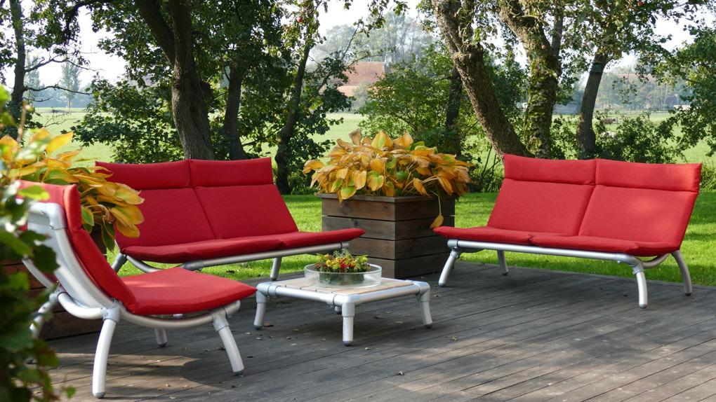 tuinbank lounge en loungestoel voor in de tuin maakt te samen loungeset buiten.