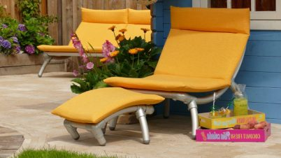 lounge stoel buiten in de tuin in gele buitenstof.