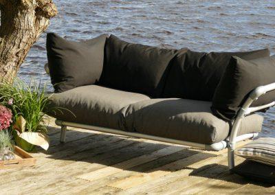 loungebank Baloe voor in de tuin of op terras. Losgevulde zitkussens in outdoor stof antraciet en los gevulde rugkussens in outdoor stof zwart