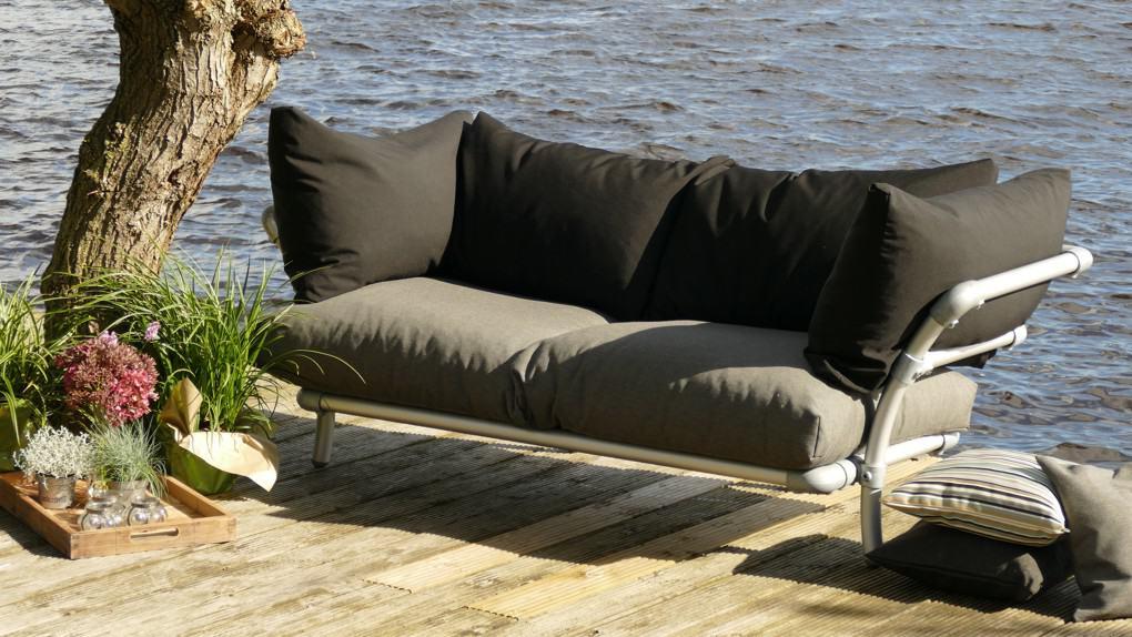 Buiten loungebank kan ook hoekbank tuin. duurzame design loungebank