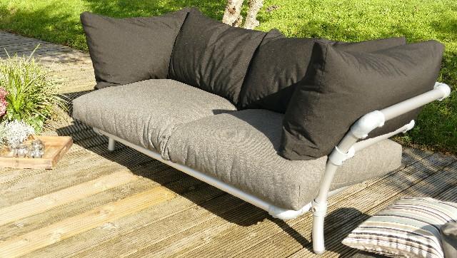 buiten loungebank baloe is een design loungebank van steigerbuis .  Grijze zitkussens en zwarte rugkussens. Zitcomfort is verstelbaar