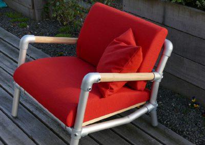 rode lounge stoel voor in de tuin