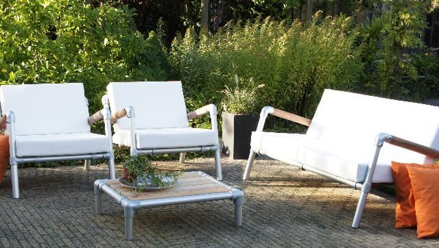 Lounge meubels voor buiten in de tuin of voor op het terras. Uitgevoerd in witte kunstleder.