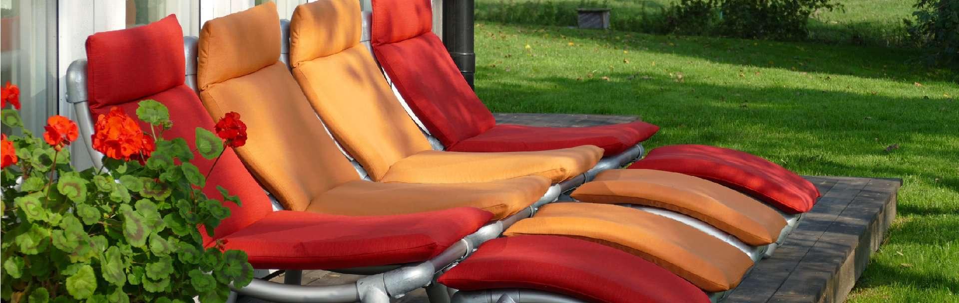 moderne design lounge stoelen voor buiten in de tuin. Een bijpassend voetenbankje ervoor .