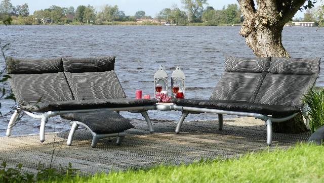 loungebank tuin en lounge stoel buiten met poefje. Design tuinmeubel in atraciet grijze