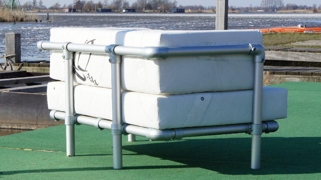steigerbuizen loungebank uitgevoerd met kussens van gebruikte zeildoek