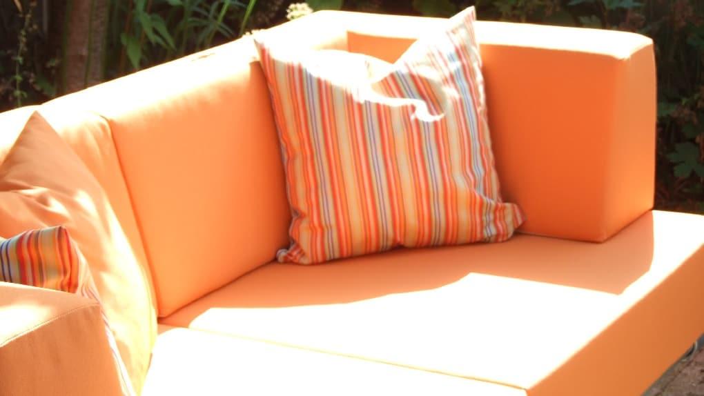 op maat gemaakte oranje loungebank voor buiten waarmee lengte maatwerk mogelijk is
