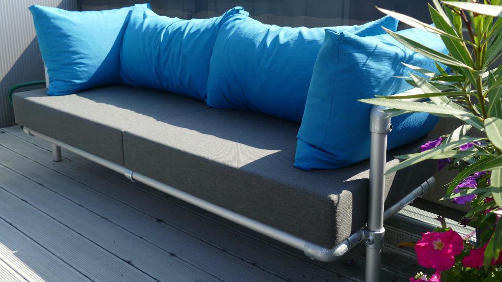 blauw met grijzen loungebank buiten.