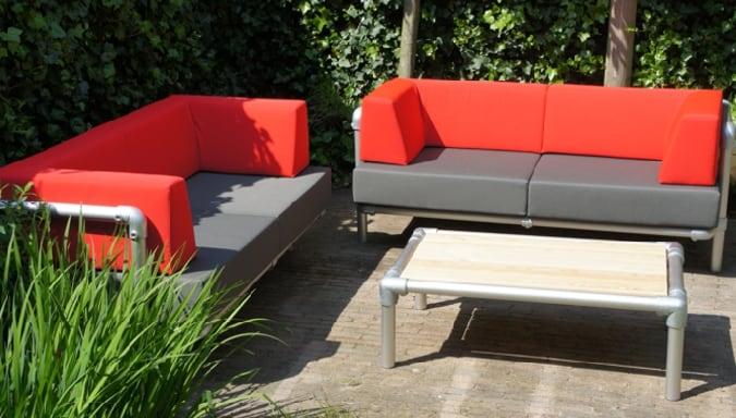 loungebanken voor buiten. Lounge tuinmeubelen in de buitenstoffen kleuren antraciet grijs en rood.