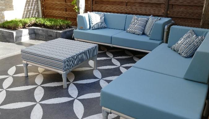 lounge hoekbank voor buiten in de tuin. Uitgevoerd in licht blauwe buitenstof gecombineerd met een licht blauwe buiten stof gestreept