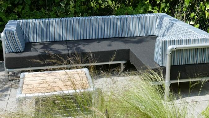 hoekbank buiten met antraciet grijs en blauw motief. Dit lounge hoekbank is voor buiten in de tuin of op het terras.