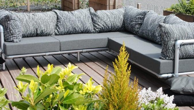 hoekbank voor buiten bestaande uit een chaise lougue een een loungebank. Op maat gemaakt in elke kleur.