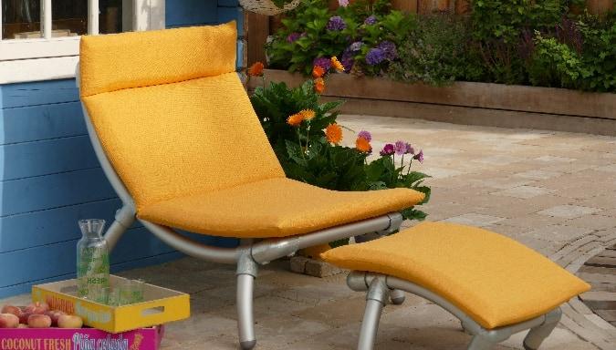 buiten loungestoel voor in de tuin. Gemaakt van steigerbuizen in de buiten stof geel