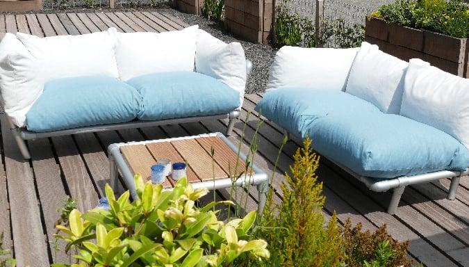 buiten loungestoel gemaakt van steigerbuizen in de kleur antraciet en rood