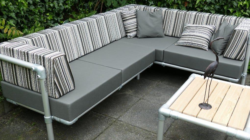lounge hoekbank voor in de tuin. Strak gestoffeerd in antraciet grijs en gestreepte buitenstof