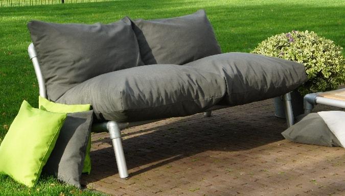 loungebank voor in de tuin met grijze uv bestendige buitenstof
