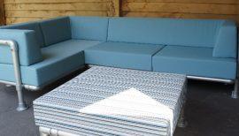 lounge hoekbank maatwerk voor buiten uitgevoerd in licht blauwe outdoor stof