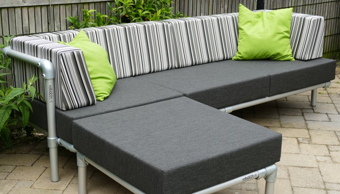 loungebank met hocker in de tuin