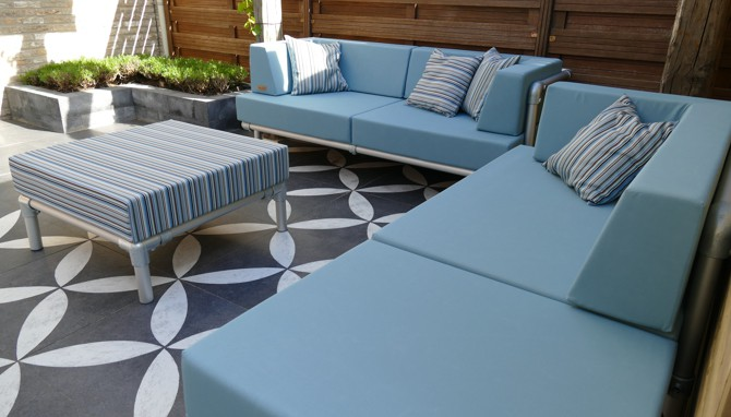 loungeset buiten in moderne tuin, kleur zee blauw