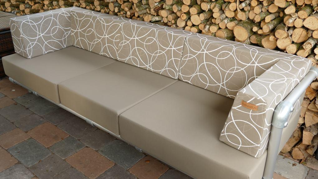 loungebank op maat gemaakt voor in de tuin. Taupe kleurige kussens in een strak design