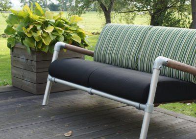 lounge bank buiten met zwarte kussens
