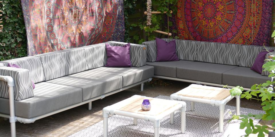 loungebanken in een ibiza tuin