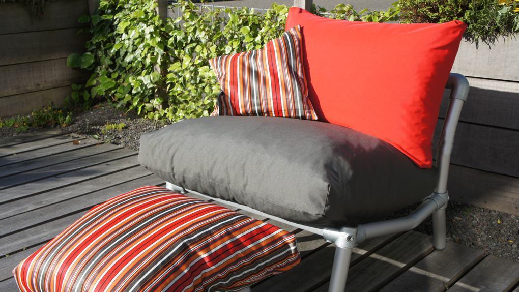 tuin loungestoel met voetenbankje, rood motief