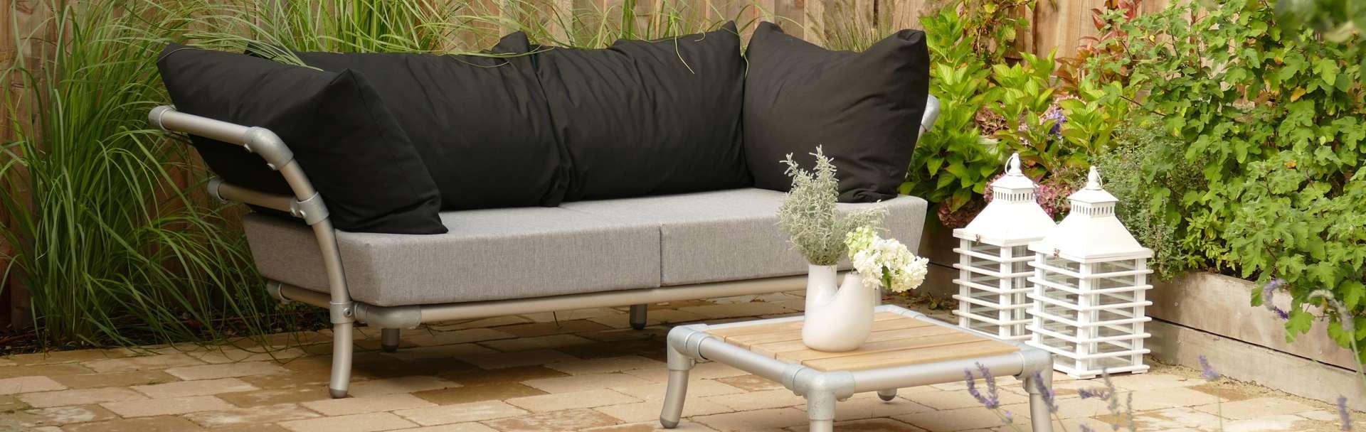loungebank buiten in de tuin in de kleur antraciet en zwart