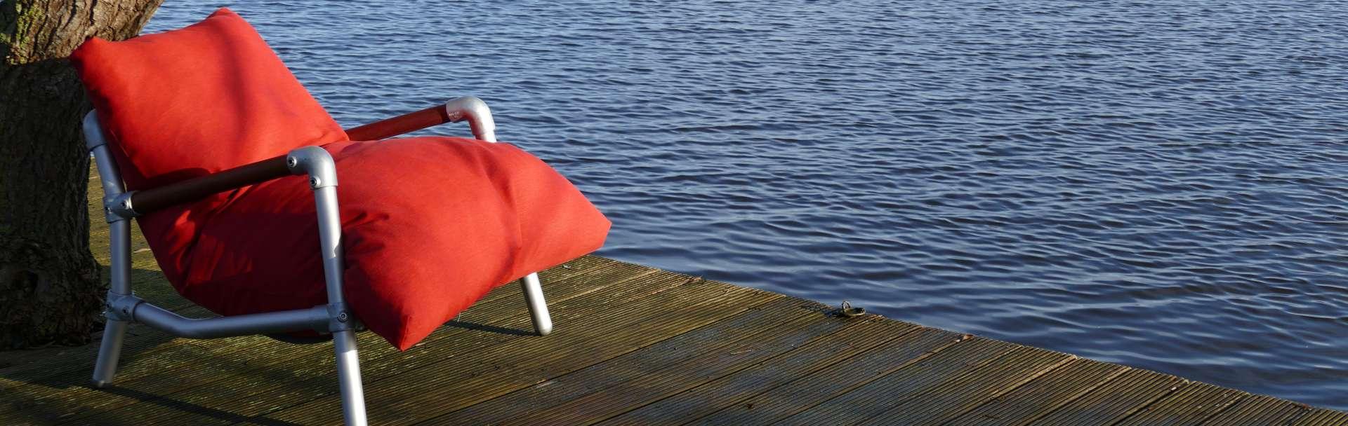 zitzak stoel voor in de tuin in de kleur rood