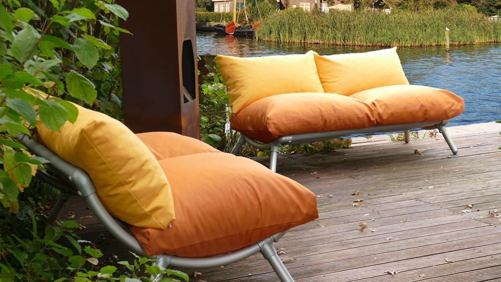 loungebank op terras tuin