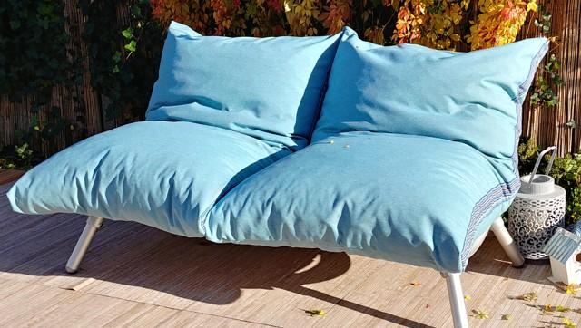 loungebank voor buiten in de tuin met zitzak loungekussens in de kleur blauw