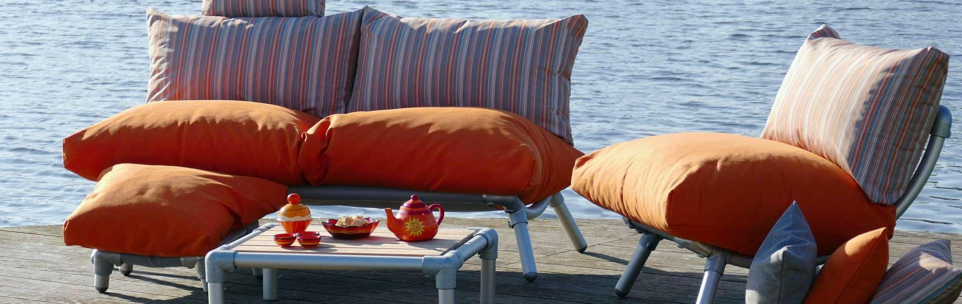 loungeset voor buiten in de tuin in de kleur oranje