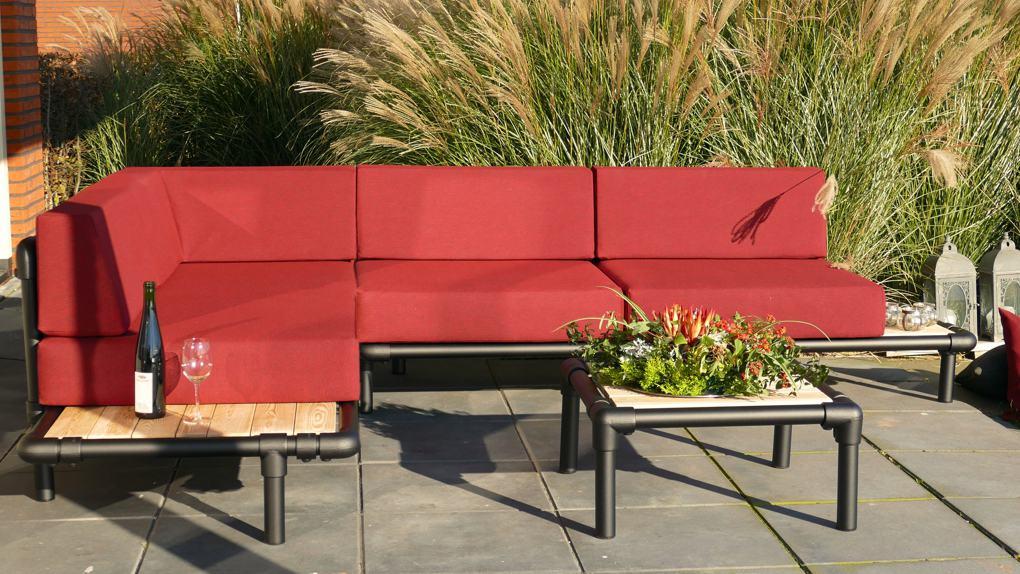 lounge hoekbank voor buiten in de tuin in de kleur rood