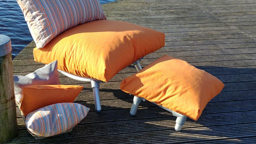 loungestoel buiten met voeten bankje