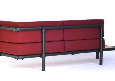 loungebank met zwarte steigerbuizen voor buiten