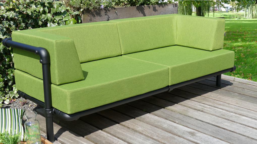 stoere en industriële loungebank tuin met kussens in de kleur groen